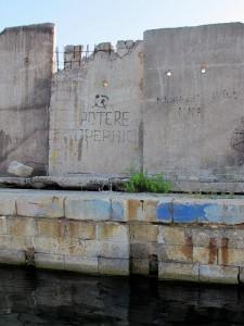 La Spezia, molo attiguo al Circolo Velico: l'ultima scritta rimasta in città inneggiante al gruppo Potere Operaio, risalente alla fine degli anni Sessanta (2011) (foto Giorgio Pagano)