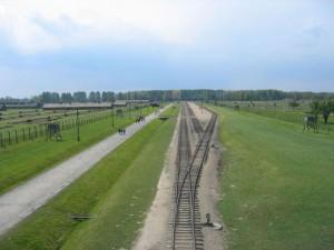 """I binari dei """"treni della morte"""" a Auschwitz-Birkenau   (2005) (foto Giorgio Pagano)"""