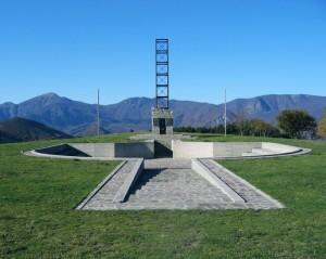 Alta via dei Monti Liguri, Passo del Rastrello: Monumento ai Caduti delle Brigate Partigiane per la Resistenza della Spezia, Massa Carrara e Parma (2005) (foto Giorgio Pagano)