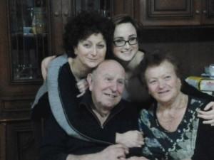 """Giuseppe Cargioli """"Sgancia"""" con la moglie Lina, la figlia Mara e la nipote Simona (2014) (foto archivio famiglia Cargioli)"""