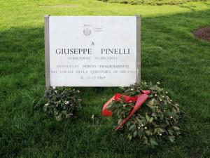 Milano, piazza Fontana: lapide in memoria di Giuseppe Pinelli    (2014)    (foto Giorgio Pagano)