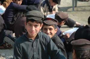Didascalia: Pakistan, Hangu, alunni che fanno lezione all'addiaccio   (2013)   (foto archivio Alisei).
