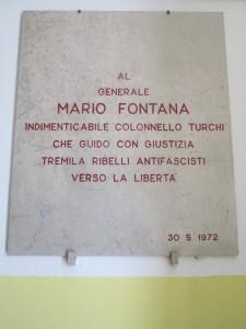 Scuola media Mario Fontana, lapide a Mario Fontana     (2015)   (foto Giorgio Pagano)