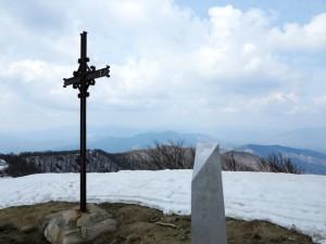 Alta via dei monti liguri, vetta del Monte Gottero, la croce in ferro in memoria dell'Anno Santo 1933 e la stele in memoria del rastrellamento nazifascista del 20 gennaio 1945, collocata a cura degli operai dell'Oto Melara    (2015)    (foto Giorgio Pagano)