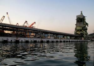 La Spezia, lo scaricatore carbone Enel    (2011)    (foto Giorgio Pagano)