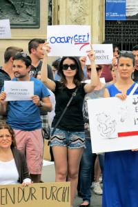 Torino, Piazza Castello, manifestazione di turchi in sostegno delle proteste di Gezy Park contro il regime di Recep Tajjip Erdogan    (2013)    (foto Giorgio Pagano)