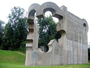 Guernica, la città spagnola rasa al suolo dai fascisti e dai nazisti il 26 aprile 1937, Parco dei Popoli d'Europa, Monumento alla Pace di Eduardo Chillida    (2005)    (foto Giorgio Pagano)