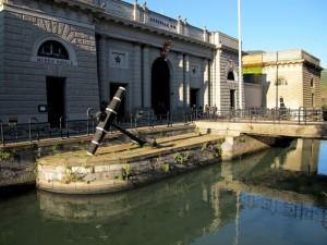 Il torrente Lagora e il Museo Navale    (2011)    (foto Giorgio Pagano)