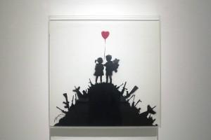 """Roma, Palazzo Cipolla, mostra di Bansky """"Guerra, Capitalismo & Libertà"""", 24 maggio -  4 settembre 2016: Bambini sulle colline di armi, Londra 2003 (foto Giorgio Pagano 2016)"""