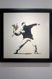"""Roma, Palazzo Cipolla, mostra di Bansky """"Guerra, Capitalismo & Libertà"""", 24 maggio - 4 settembre 2016: Il lanciatore di fiori, Gerusalemme 2003 (foto Giorgio Pagano 2016)"""