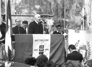 """Eugenio Lenzi a una manifestazione a Montedivalli per il 25 aprile,  con Flavio Bertone """"Walter"""" e don Raffaele Galindo (foto archivio  famiglia Lenzi)"""