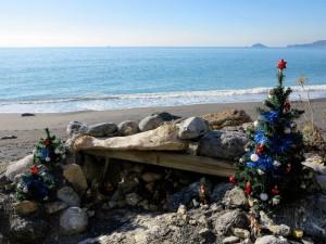 Spiaggia di Punta Corvo, presepe e albero di Natale  (2017)  (foto Giorgio Pagano)