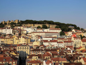 Lisbona, la Baixa e il Castelo de Sao Jorge dal Miradouro de San Pedro de Alcantara    (2015)    (foto Giorgio Pagano)