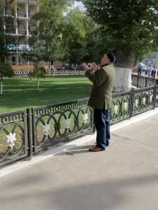 Tashkent, uomo che prega in strada  (2017)  (foto Giorgio Pagano)