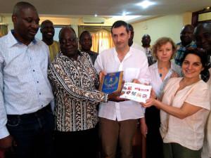 Burkina Faso, dono dello stemma del Comune della Spezia ai Sindaci burkinabé  (2018)  (foto Luca Mozzachiodi)
