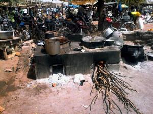 Burkina Faso, la cottura del miglio per la produzione della birra  (2018)  (foto Luca Mozzachiodi)