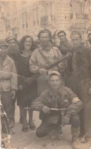 Piazza Verdi, sfilata del 25 aprile 1945: Aldo Maneschi è in basso, in ginocchio (archivio della famiglia Maneschi)