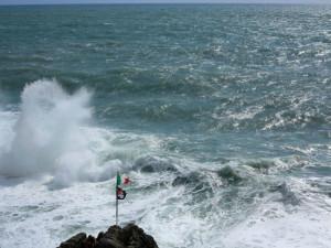 """Riomaggiore, mareggiata, mostra """"La forma dell'acqua"""", Lerici, Enoteca Baroni, 17-31 maggio 2018  (2016)  (foto Giorgio Pagano)"""