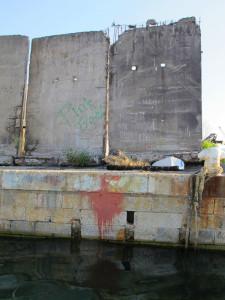 La Spezia, molo attiguo al Circolo Velico, l'ultima scritta rimasta in città dedicata ai Pink Floyd, risalente alla fine degli anni Sessanta  (2011)  (foto Giorgio Pagano)