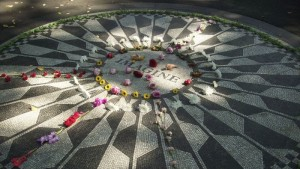 New York, Central Park, Strawberry Fields Memorial  (2007)  (foto Giorgio Pagano)