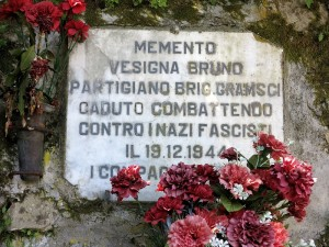 Sesta Godano, Cornice, targa in memoria del partigiano Bruno Vesigna  (2014)  (foto Giorgio Pagano)