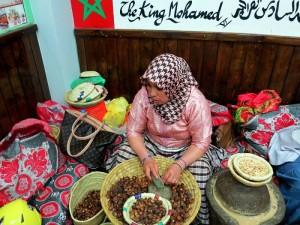 Marrakech, suq, donne al lavoro per produrre argan  (2018)  (foto Giorgio Pagano)