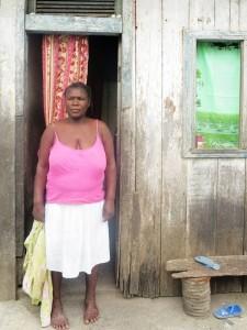 Sao Tomé e Principe, Diogo Vaz, donna all'ingresso di una baracca  (2015)  (foto Giorgio Pagano)