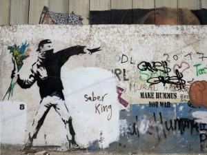 Palestina, muro di Betlemme, Palestinese che lancia un mazzo di fiori, graffito di Banksy  (2018)  (foto Giorgio Pagano)