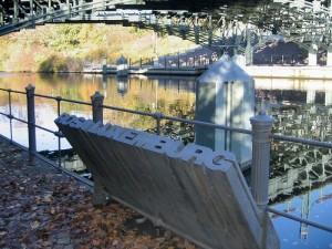 Berlino, Memoriale di Rosa Luxemburg presso il ponte Lichtenstein sul canale Landwehr, dal quale gli assassini gettarono il suo corpo  (2005)  (foto Giorgio Pagano)