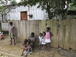 Sao Tomé e Principe, Ribeira Afonso, donne e bambini (2015) (foto Giorgio Pagano)