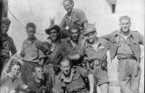 Fulmine -ultimo a destra- e altri partigiani del Battaglione Val di Vara a Borseda di Calice (primavera 1944) (foto Daniele Bucchioni - archivio Domenichini)