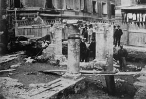 La loggia della Curia trecentesca riaffiora durante la ristrutturazione del Palazzo Comunale - 1904 - foto di Rodolfo Zancolli, dall'Archivio Storico della Mediateca Regionale Sergio Fregoso.
