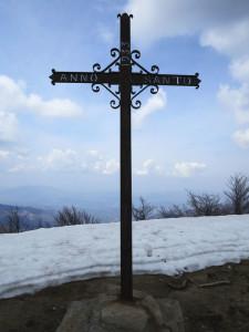 Alta via dei monti liguri, vetta del monte Gottero, la croce in ferro in memoria dell'Anno Santo 1933  (2015) (foto Giorgio Pagano)