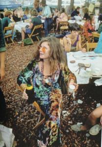 Woodstock, agosto 1969, Janis Joplin al chiosco di ristoro riservato agli artisti del festival (foto Elliot Landy, Landyvision Inc. /Grazia Neri)