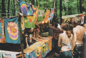 Woostock, agosto 1969, vendita di stoffe colorate (foto Chrales Harbutt-Rapho/Contrasto)