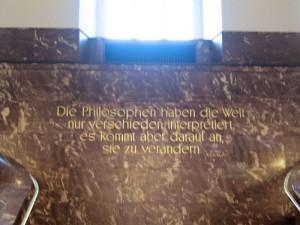 Berlino, Humboldt Universitat, la frase di Marx che accoglie i visitatori: I filosofi hanno interpretato il mondo solo in modo diverso. La cosa importante però è cambiarlo (2007) (foto Giorgio Pagano)