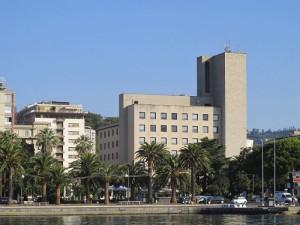 Il Palazzo Comunale visto dal mare (2011) (foto Giorgio Pagano)
