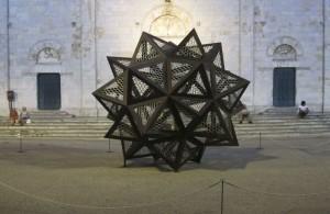 Pietrasanta, Piazza Duomo, un'opera di Jan Fabre (2011) (foto Giorgio Pagano)
