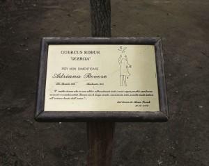 La Spezia, targa in memoria di Adriana Revere nel giardino della scuola elementare di Fossitermi a lei intitolata (2013) (foto Giorgio Pagano)