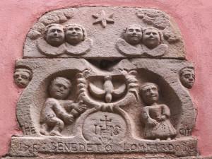 Portovenere, Caruggio, Annunciazione in arenaria (2014) (foto Giorgio Pagano)